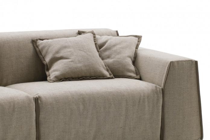 Cuscini quadrati per divano Parker nel modello con profili a contrasto.