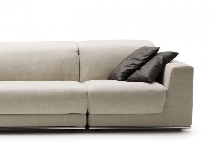 Cuscini rettangolari per divano con cuciture a croce.