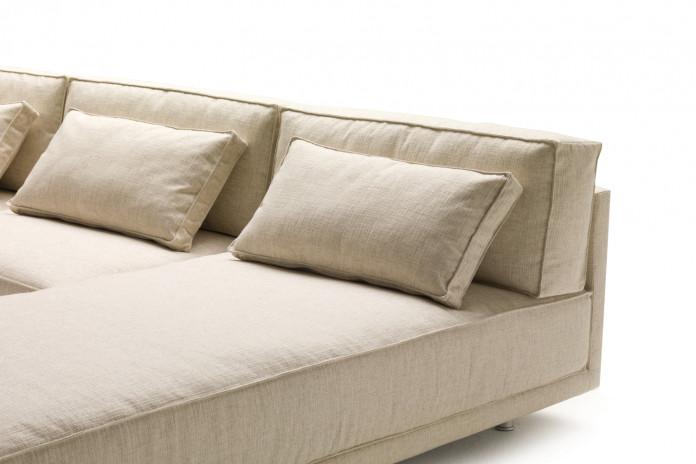 Cuscini di schienale in piuma per divano Dennis e cuscini poggiareni.