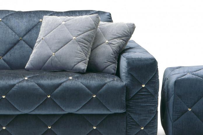 Cuscini in velluto quadrati Douglas dal rivestimento trapuntato capitonné.