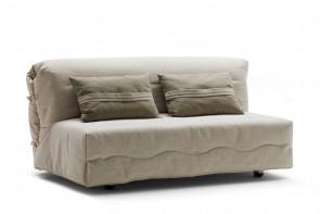Roger è un divano letto a scorrimento dall'apertura semplice e rapida: per aprire rete e materasso è sufficiente slacciare gli anelli in legno e tirare la seduta del divano verso di sé.