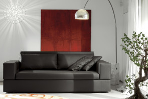 Jaco è un elegante divano in pelle nera a due o tre posti.