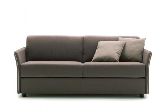 Stan im standard Modell mit dünnen und gebogenen Armlehnen, mit personalisierbarer Bordüre in einer Farbe nach Wahl.