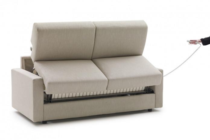 Die motorische Bedienung der Klappfunktion setzt kein Entfernen der Sitz- und Rückenmatratzen voraus.