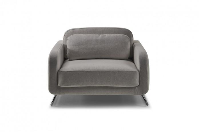 Sessel auf Kufengestell mit schmalen Armlehnen und breitem Sitz