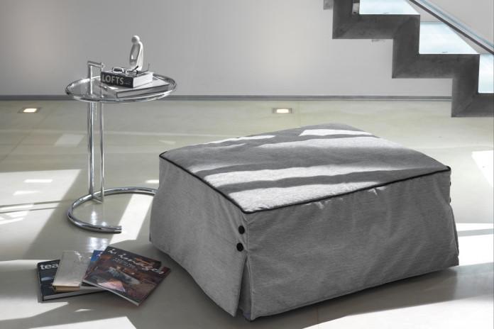 Bill ist platzsparend: dieser Sitzhocker umwandelt sich in ein größeres Einzelbett oder in ein Einzelbett.