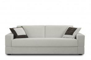 Brian è un divano letto in tessuto a 3 posti o 2 posti, compatto e rigoroso, con  seduta monoscocca a cuscino unico.