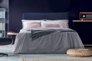 Gepolstertes Doppelbett mit hohem, gepolstertem Kopfteil