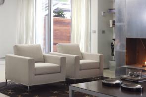 Grace ist ein moderner Sessel mit hohen, schlanken Metallfüßen.
