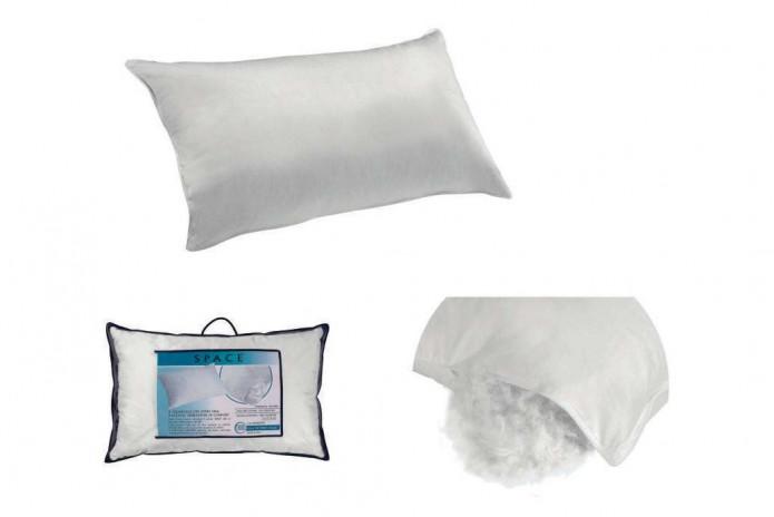 L'oreiller possède un garnissage en plume et en duvet d'oie et une sous-taie en mousseline de coton